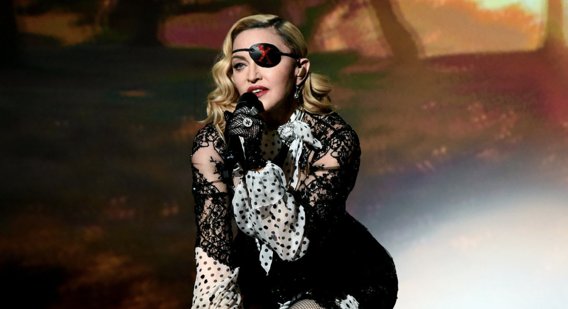 Biopic sur Madonna : une actrice de 13 Reasons Why se déguise en Queen de la Pop et c'est bluffant - CinéSéries