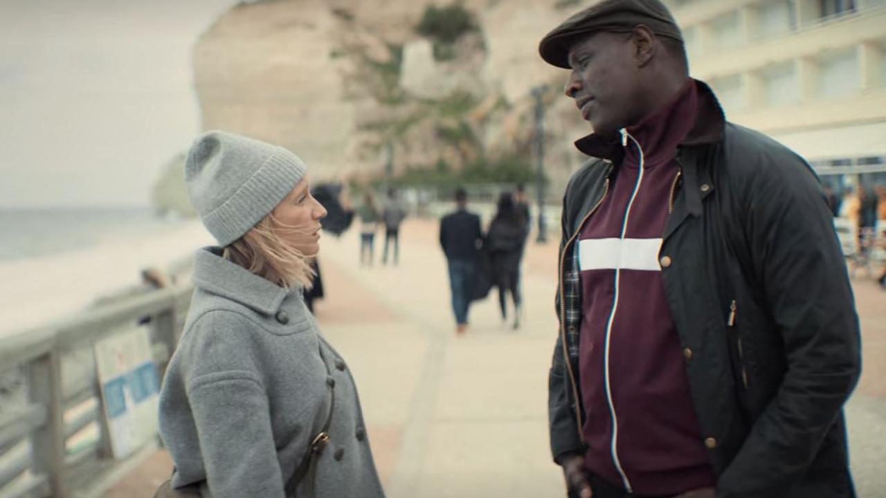 Claire (Ludivine Sagnier) et Assane Diop (Omar Sy) à Étretat dans Lupin