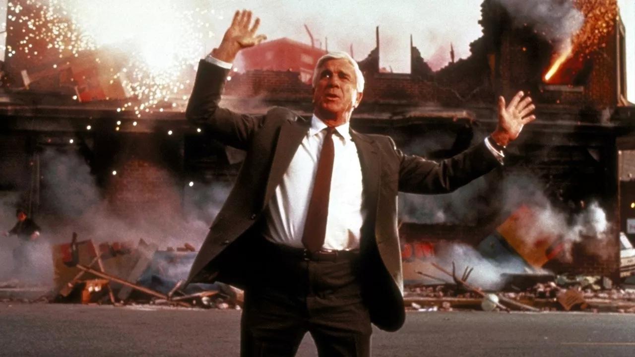 Frank Drebin (Leslie Nielsen) - Y a-t-il un flic pour sauver la reine
