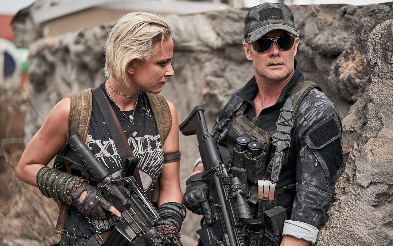 ARMY OF THE DEAD (L to R) NORA ARNEZEDER as LILLY (THE COYOTE),GARRET DILLAHUNT as MARTIN in ARMY OF THE DEAD. Cr. CLAY ENOS/NETFLIX © 2021
