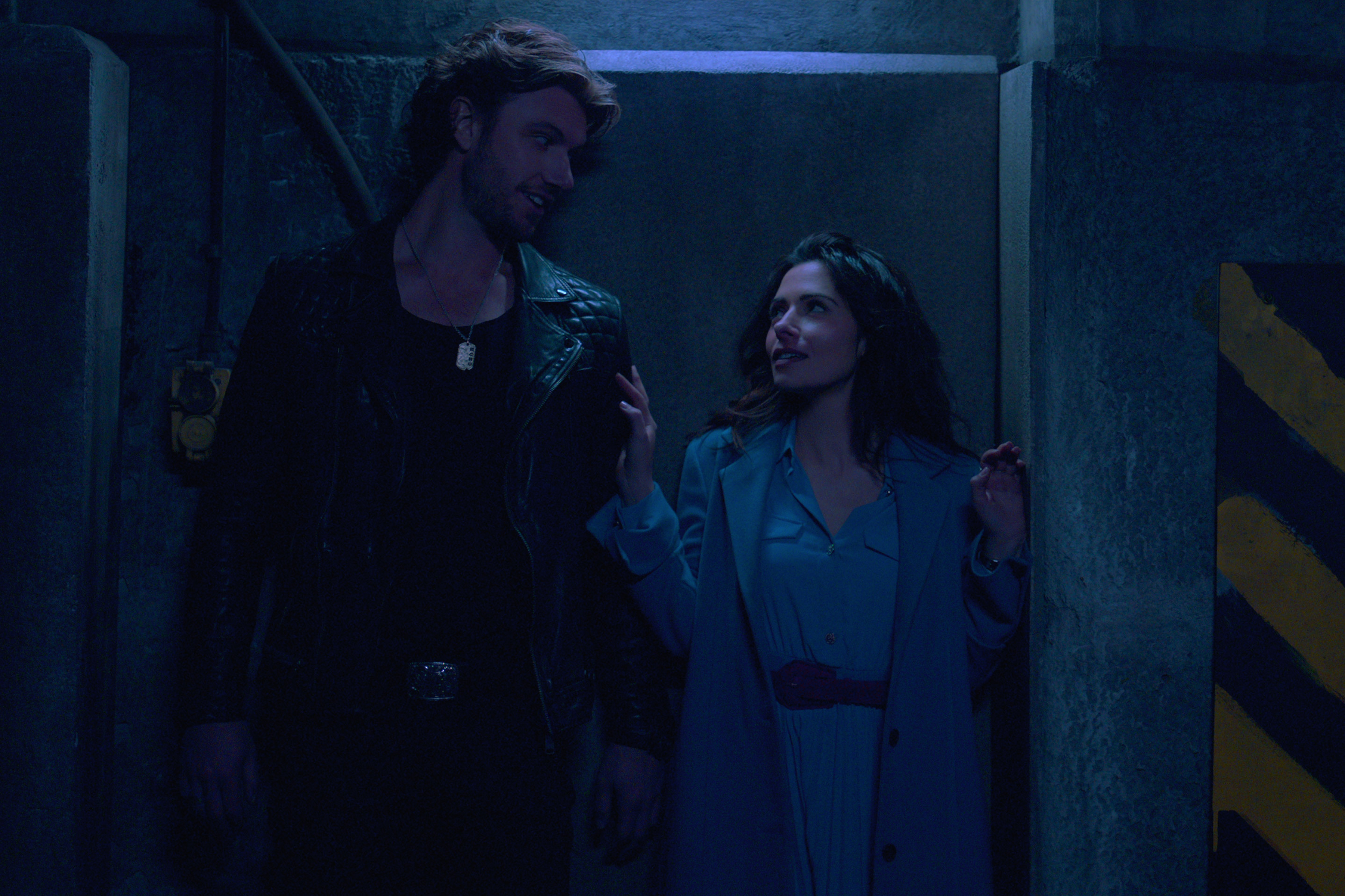 SEX/LIFE (L to R) ADAM DEMOS as BRAD SIMON and SARAH SHAHI as BILLIE CONNELLY in episode 102 of SEX/LIFE Cr. COURTESY OF NETFLIX © 2021